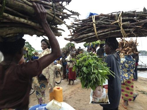 Femmes transportant des marchandises vers Bandundu ville