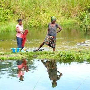 Femmes du village de Itsakala, Bandundu, en train de faire la lessive