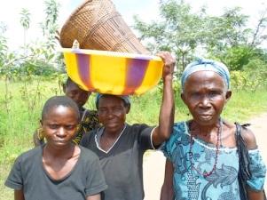 Femmes se rendant au marché de Popokabaka, Bandundu