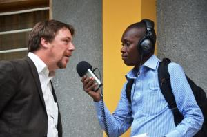 Entretien de Sebastien Longueville, Directeur du Consortium WASH RDC avec un journaliste de la radio de la Fondation Hirondelle