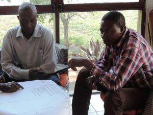Felix (à gauche) en travail de groupe avec l'Animateur Communautaire de la Zone de Santé de Mbulula