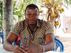 Felix Kabemba, Gestionnaire du projet du Consortium WASH RDC pour les Zones de Santé de Manono et Kiambi, avec Concern Worldwide