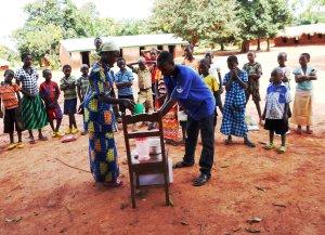 Séance de démonstration de lavage des mains dans une école, Province: Tanganyika